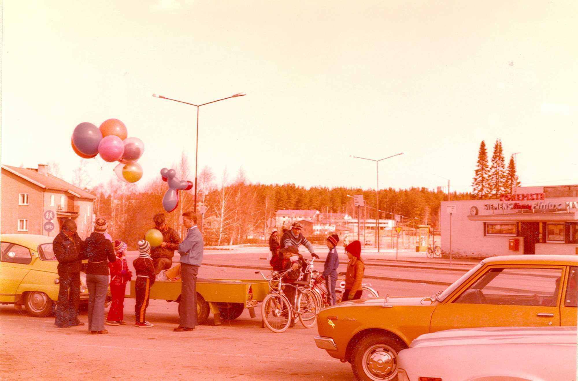 Ilmapallonmyyjiä ja –ostajia kirkonkylän torilla 1970-luvulla.
