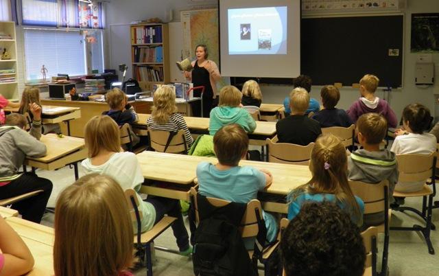 Kirjastonhoitaja vinkkaamassa koululuokalle.