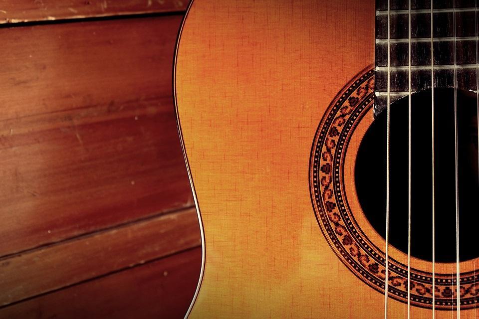 Lähikuva akustisesta kitarasta.