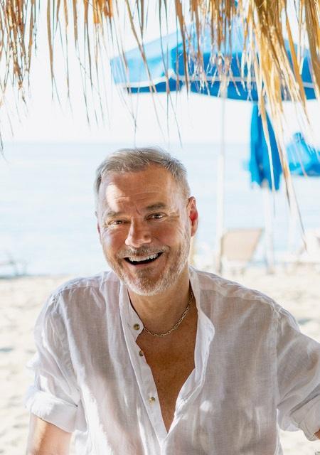 Valokuva Jaakko Selinistä hiekkarannalla.