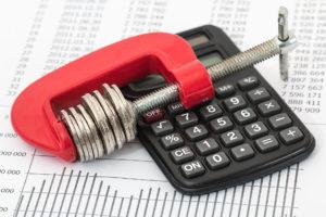 Laskin, budjetti ja rahaa puristimessa