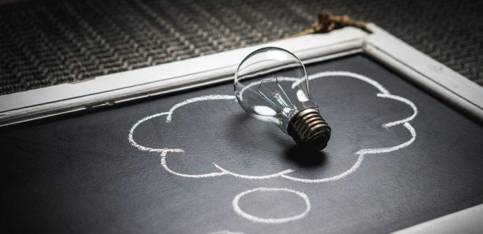 Keksiä idea - henkulamppu liitutaulun päällä