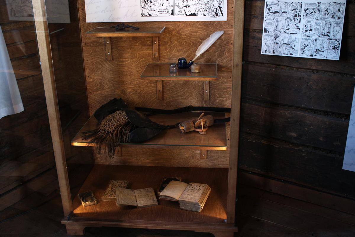 Aleksis Kiven revolveri, metsästyslaukku ja muita esineitä.