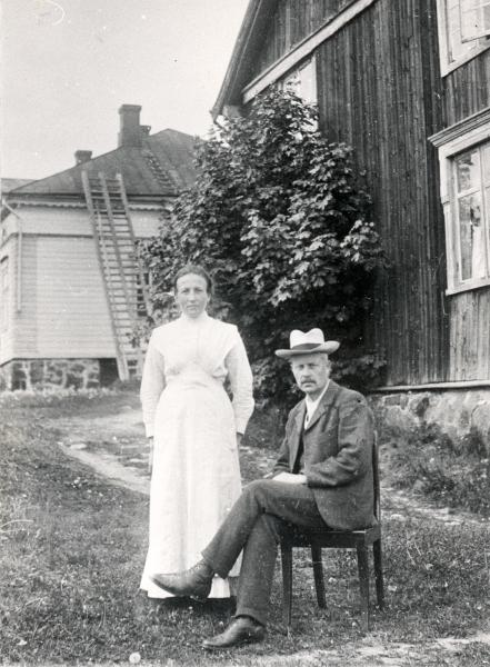 Aleksis Kiven veljenpoika, räätäli ja Raalan postinhoitaja Arvid Stenvall vaimonsa Hilman kanssa Raalan kartanon renkituvan seinustalla 1915.