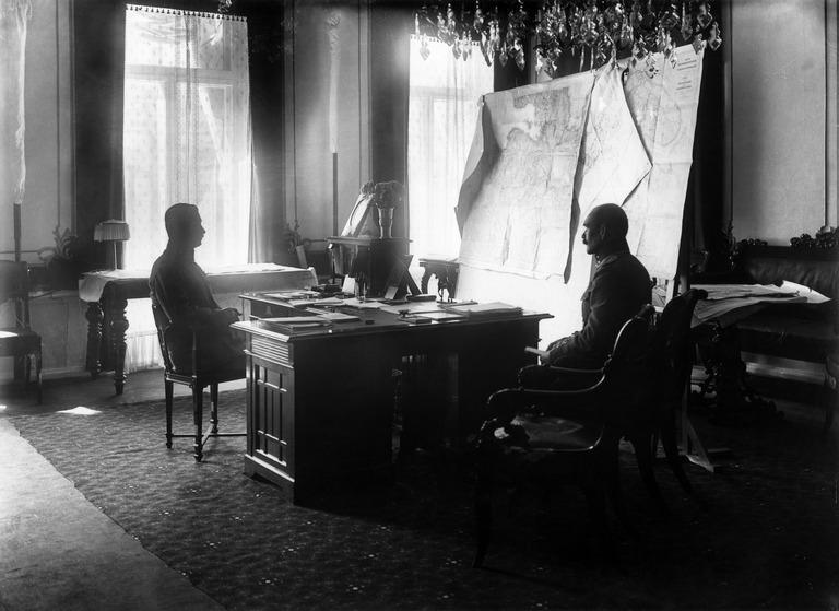 Valtionhoitaja C.G.E. Mannerheim adjutanttinsa taiteilija Akseli Gallen-Kallelan kanssa virka-asuntonsa työhuoneessa Smolnassa. 1920.
