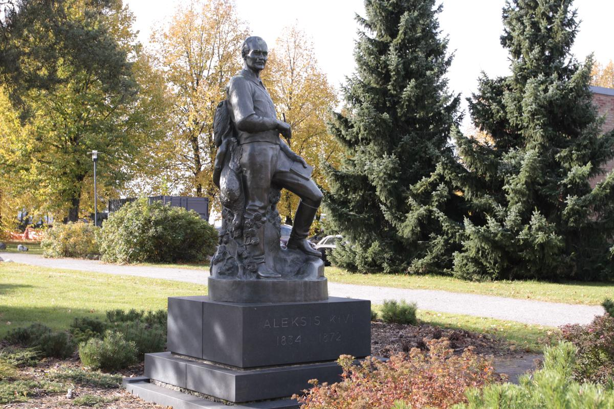 """""""Metsän poika"""" -patsas Tuusulassa."""