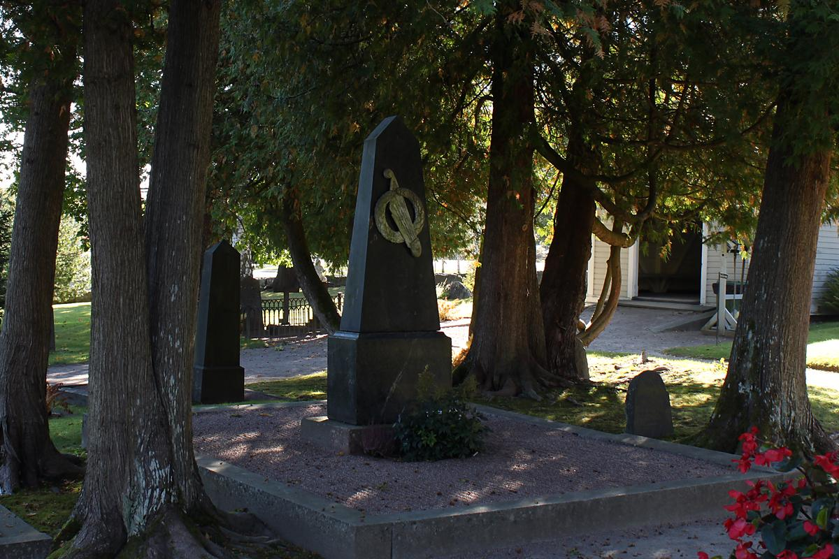 Aleksis Kiven muistomerkki Tuusulan hautausmaalla.