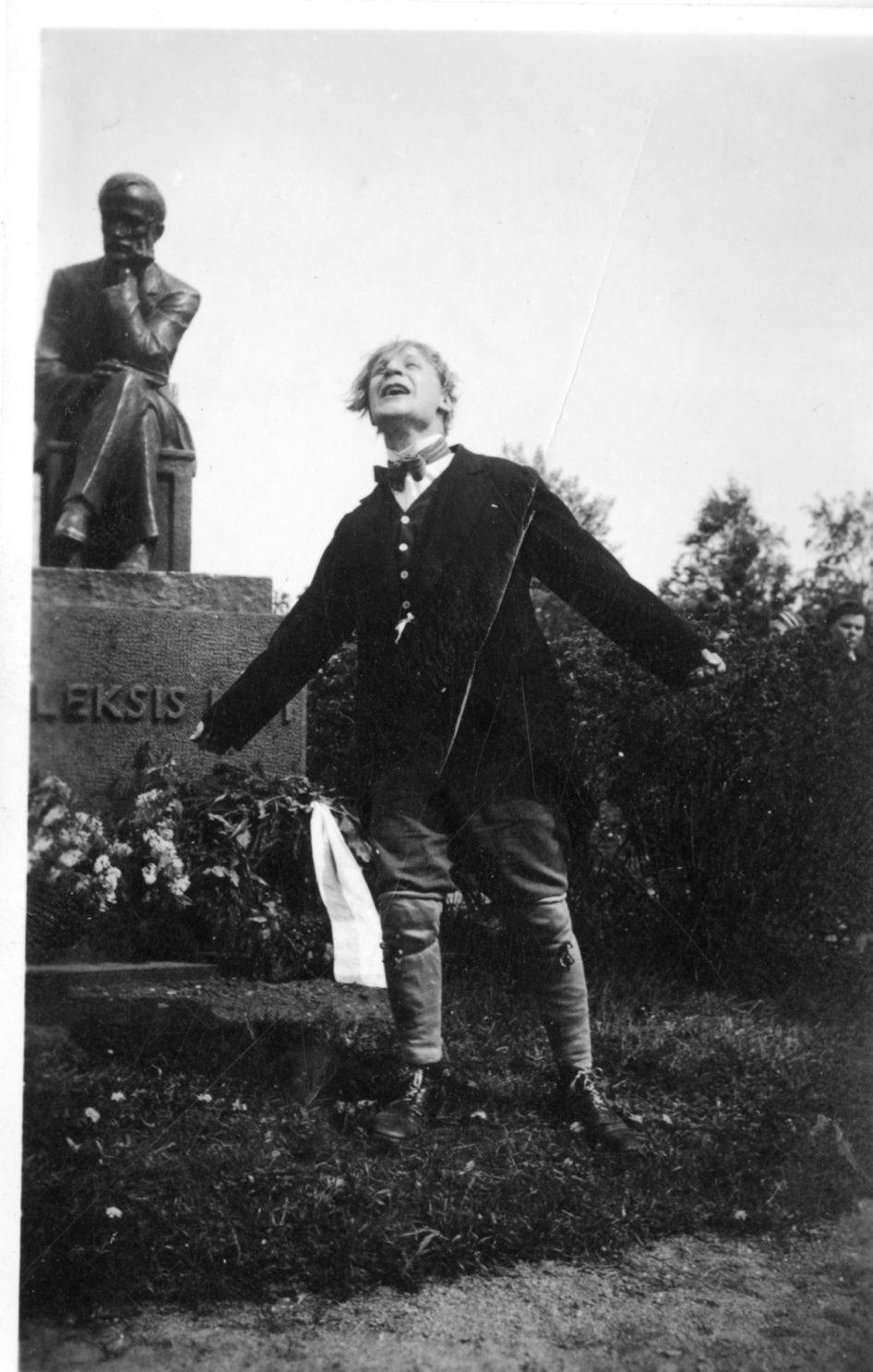 """Pentti Kannus lausuu Aleksis Kiven runoa """"Suomenmaa"""" kirjailijan patsaalla helluntaina 1950."""