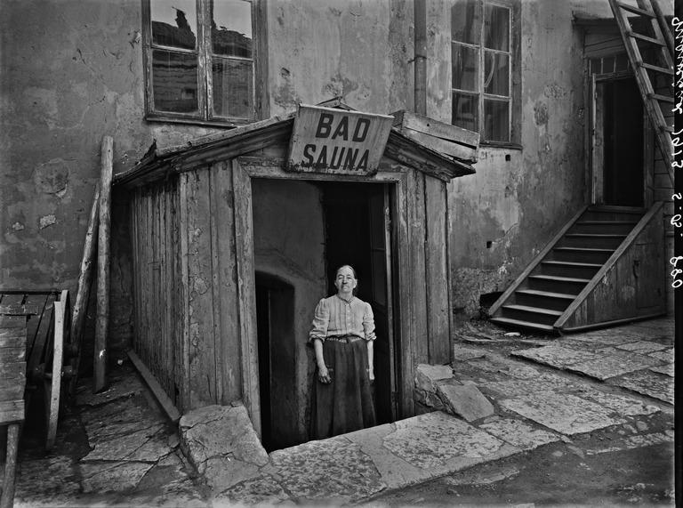 1913 . Sauna Marie-Badin sisäänkäynti pihan puolelta. Mariankatu 13a.