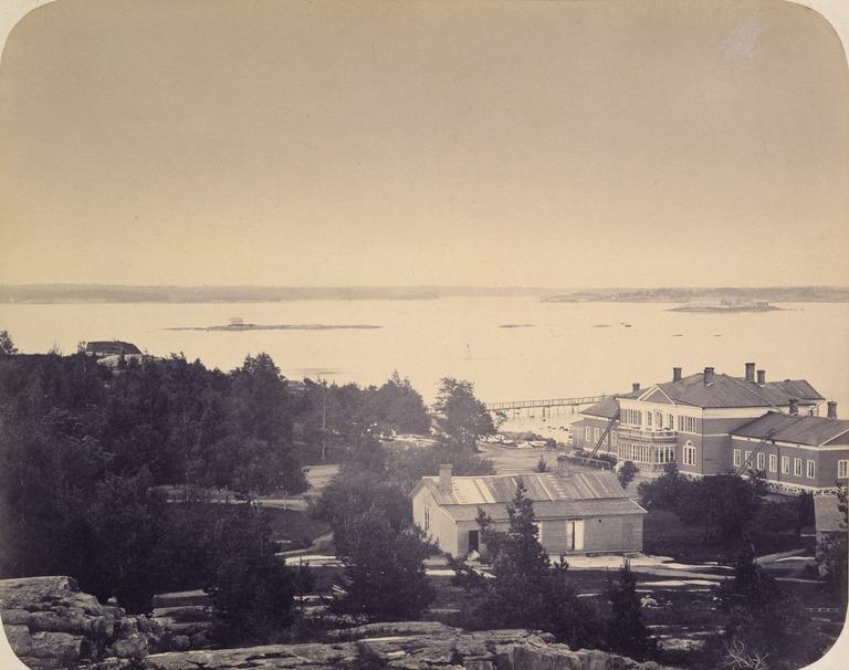 Kuvassa Helsinkiin vuonna 1838 valmistunut Ullanlinnan kylpylaitos ja sen piharakennuksia mahd. 1870-luvulla.