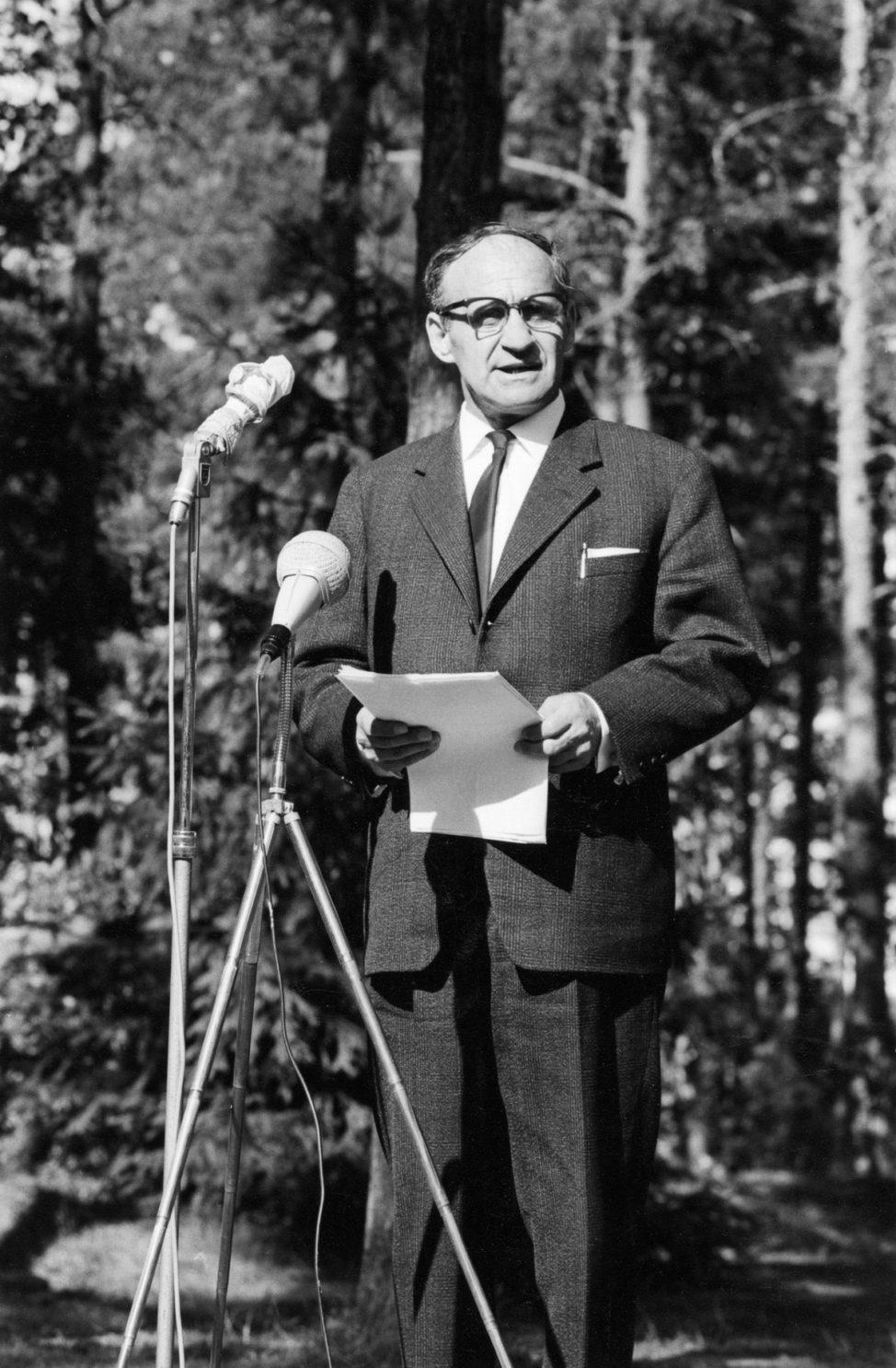 Kirjailija Väinö Linna pitämässä juhlapuhetta Kivi-juhlien 15-vuotisjuhlassa Taaborinvuorella 2.7.1967.
