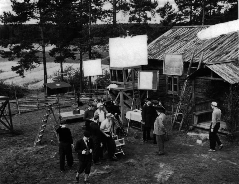 """Nummisuutarit-elokuvan kuvaukset. Kamera ja kuvausryhmä """"Topiaksen"""" pihalla Nurmijärvellä vuonna 1957"""