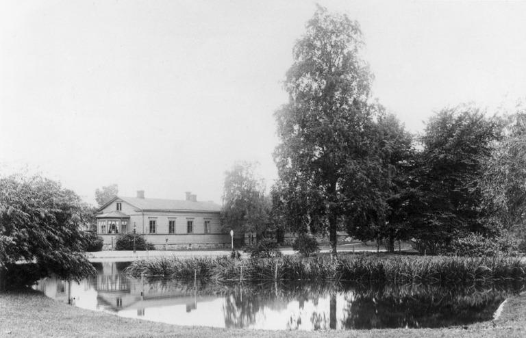 1890 . Kaisaniemi. Hotelli Villensauna, Hotel Wilhelmsbad, ja joutsenlammikko.