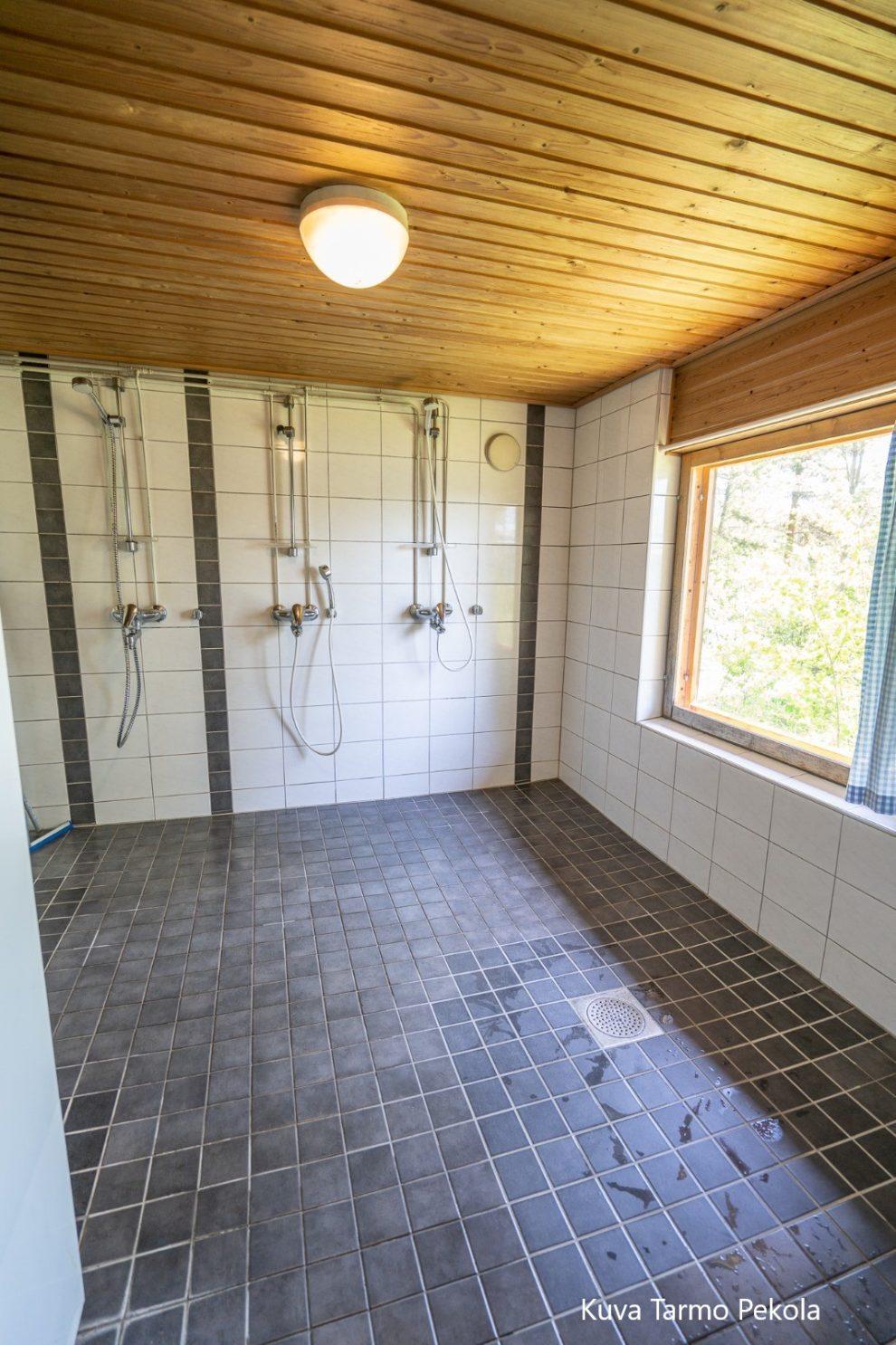 Märkiön leirikeskuksen rantasaunan suihkuhuone. Kuva Tarmo Pekola.
