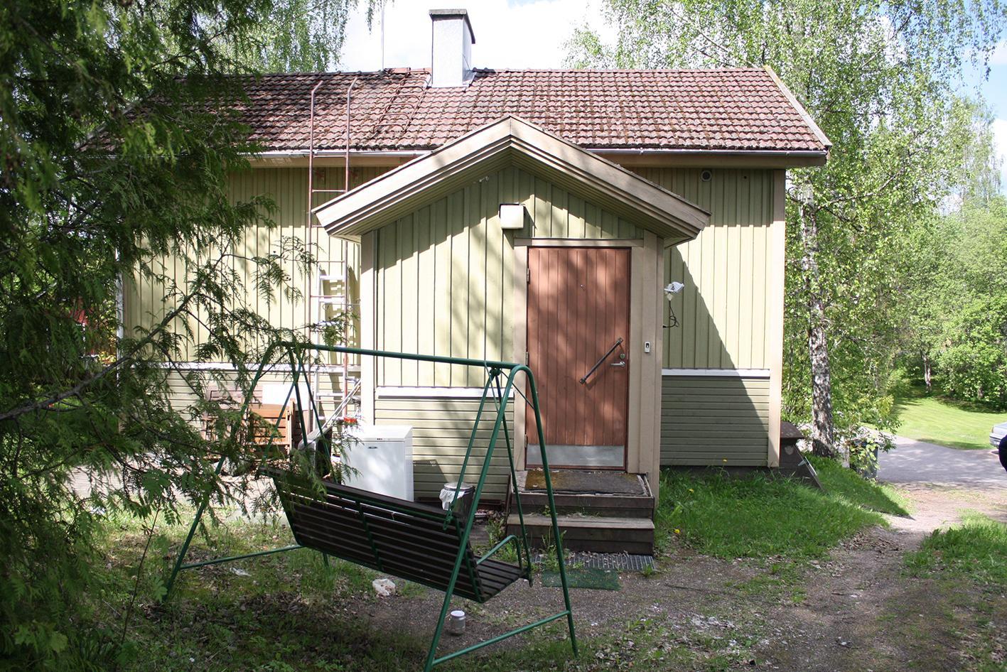 Omakotitalo, jonka pihalla keinu osoitteessa Hyttikuja 7, Rajamäki.