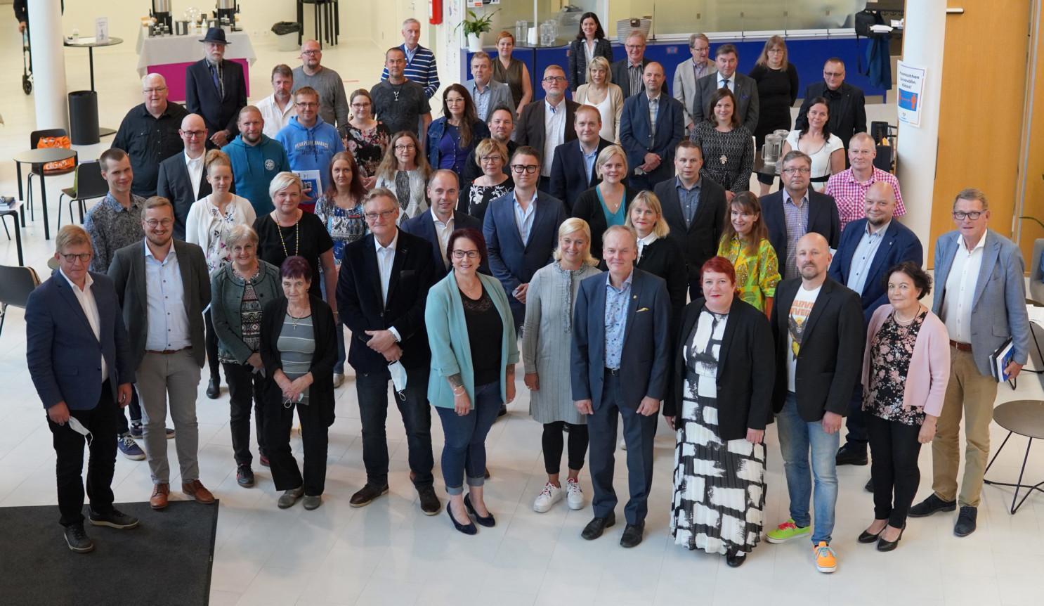 Nurmijärven kunnanvaltuuston ryhmäkuva ensimmäisessä kokouksessa 18.8.2021