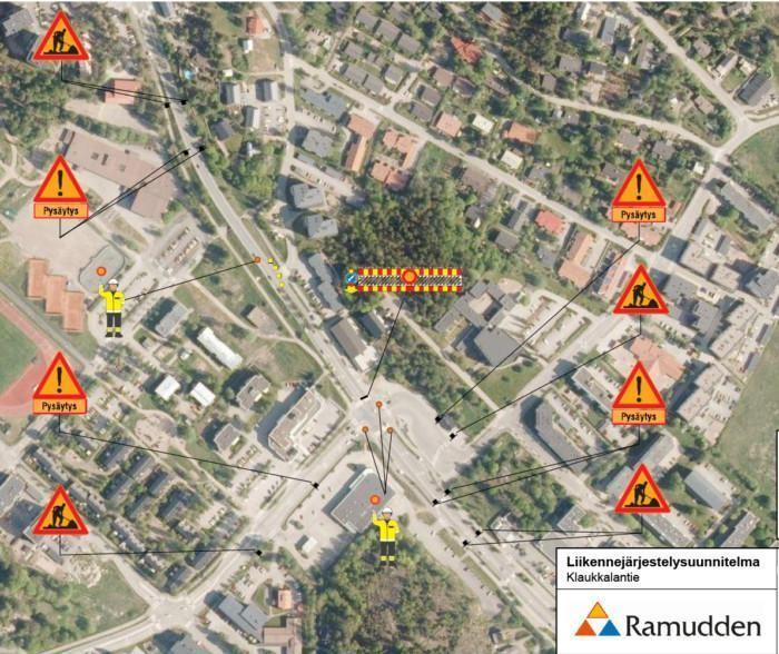 Klaukkalantien ja Lepsämäntien risteyksen kartta, josta ilmenevät liikennejärjestelyt ja kohdat, joissa liikenteenohjaajat pysäyttävät liikenteen 21.9.2021 liikenteenjakajan korjaustöiden vuoksi.