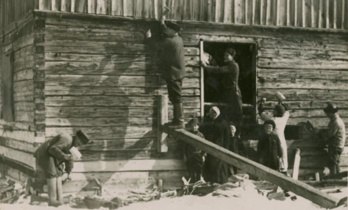 1900-luvun alun rakennustyömaa kirkonkylässä. Kuva Nurmijärven museo.